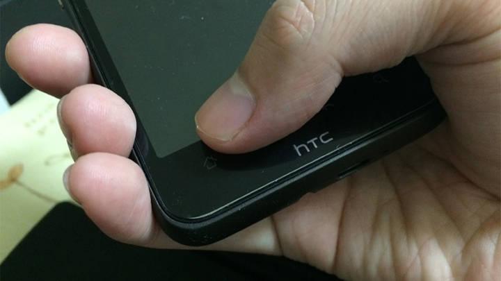およそ5年前のスマートフォン。4.3インチですが小さい手では幅が広くて届かない><;